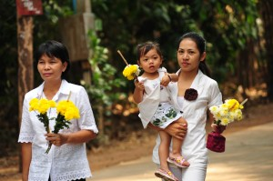 Mother and child with offerings at the Ajahn Chah Memorial Day in Ubon Rajathani